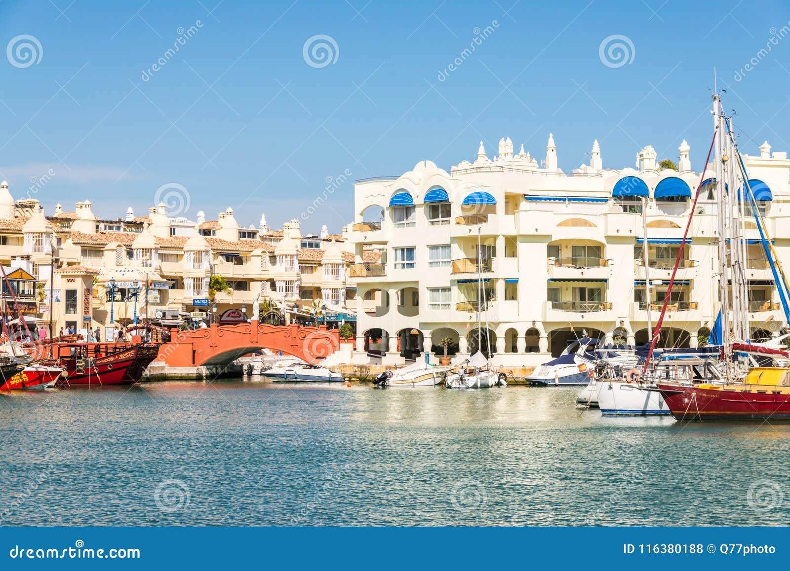 BENALMADENA, ESPAÑA - 10 de mayo de 2018 barcos y apartamentos de lujo i