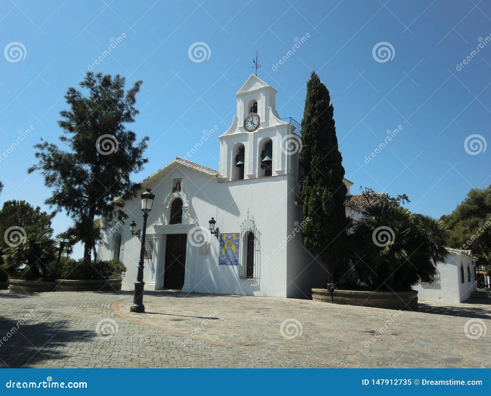 Benalmadena, Espagne 24 juillet 2013 : Façade principale de l église de la municipalité de Benalmadena