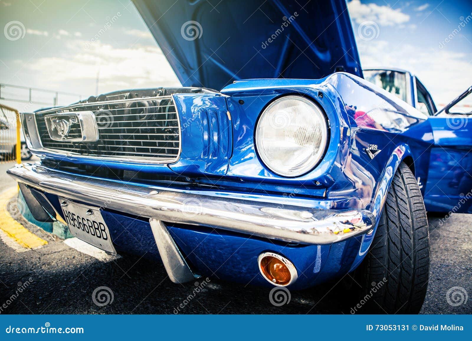 Benalmadena Hiszpania, Czerwiec, - 21, 2015: Frontowy widok klasyczny Ford mustang w błękitnym kolorze