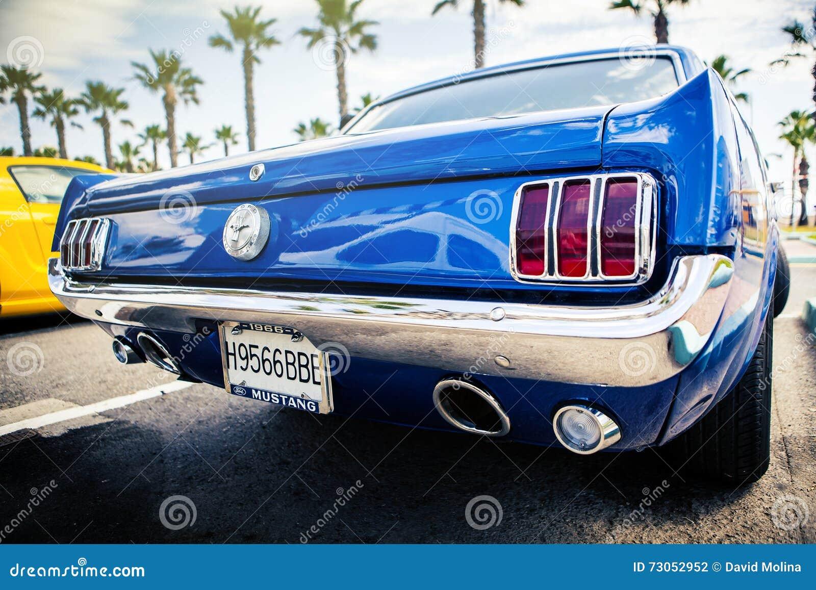 Benalmadena Spanien - Juni 21, 2015: Den tillbaka sikten av klassiska Ford Mustang i blått färgar