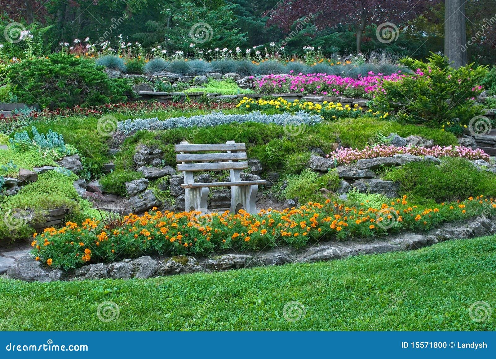 flores para jardim verao : flores para jardim verao:de madeira cercado pelo jardim do verão com flores e as plantas de