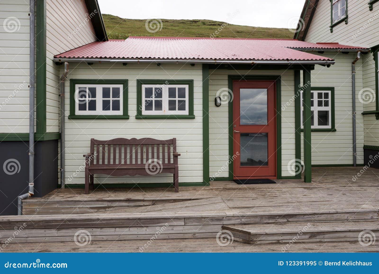 Bench En La Terraza Delante De Una Casa Islandesa