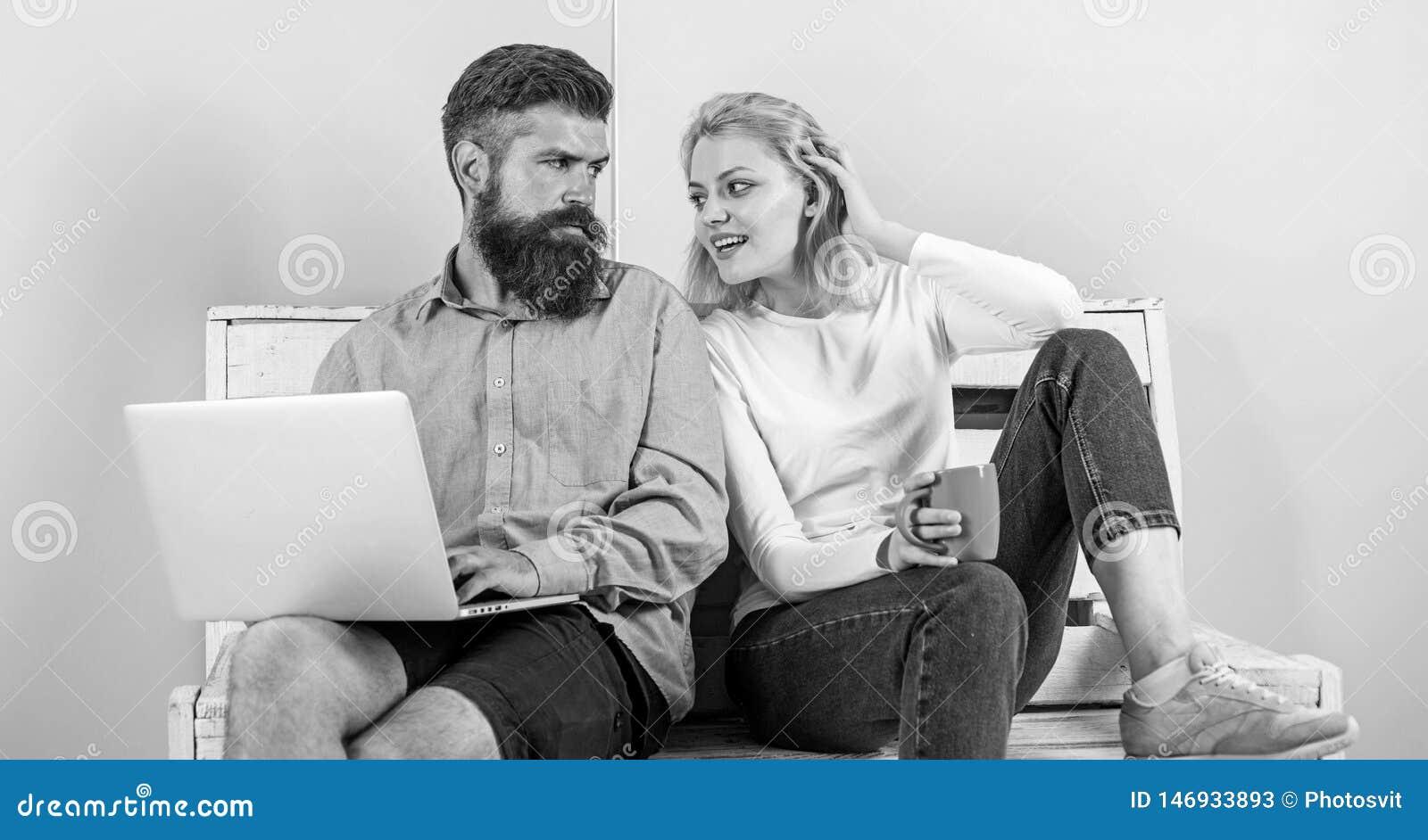 Benef?cios aut?nomos O homem trabalha como as tecnologias do Internet peritas em aut?nomo Ch? ou caf? de sorriso da bebida da car