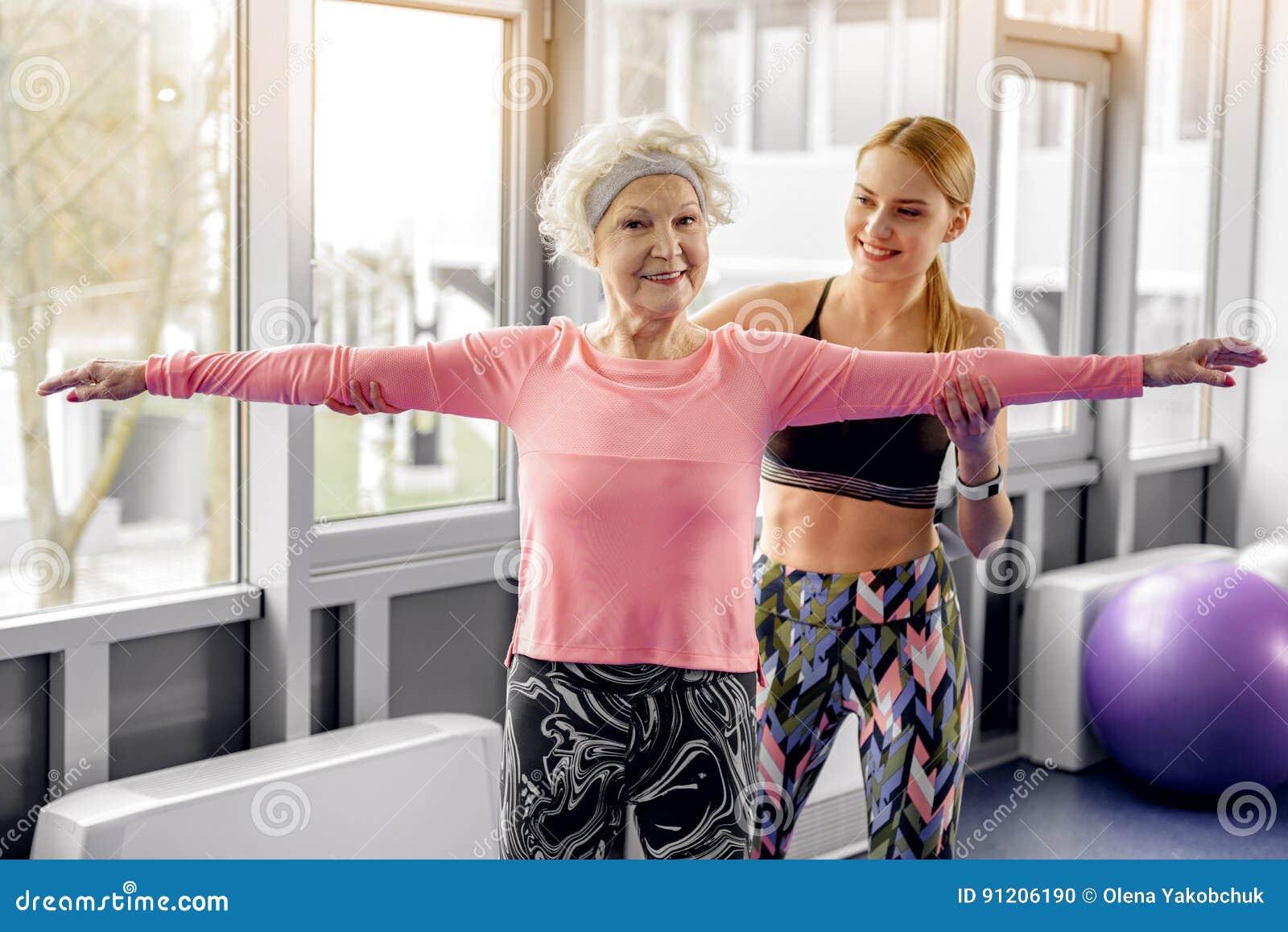 Beneficiario uscente che fa allenamento nel centro di forma fisica