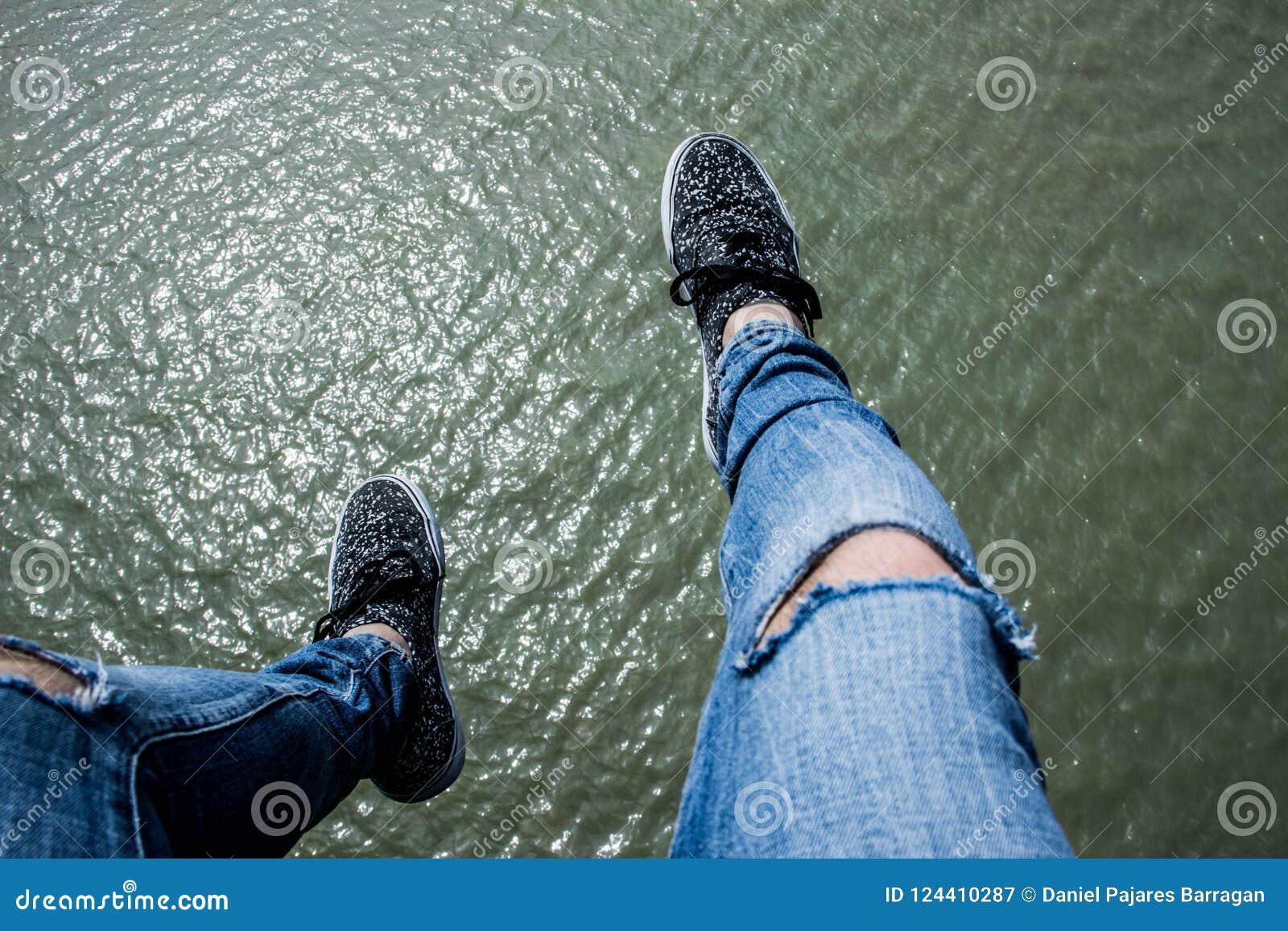 Benen over water