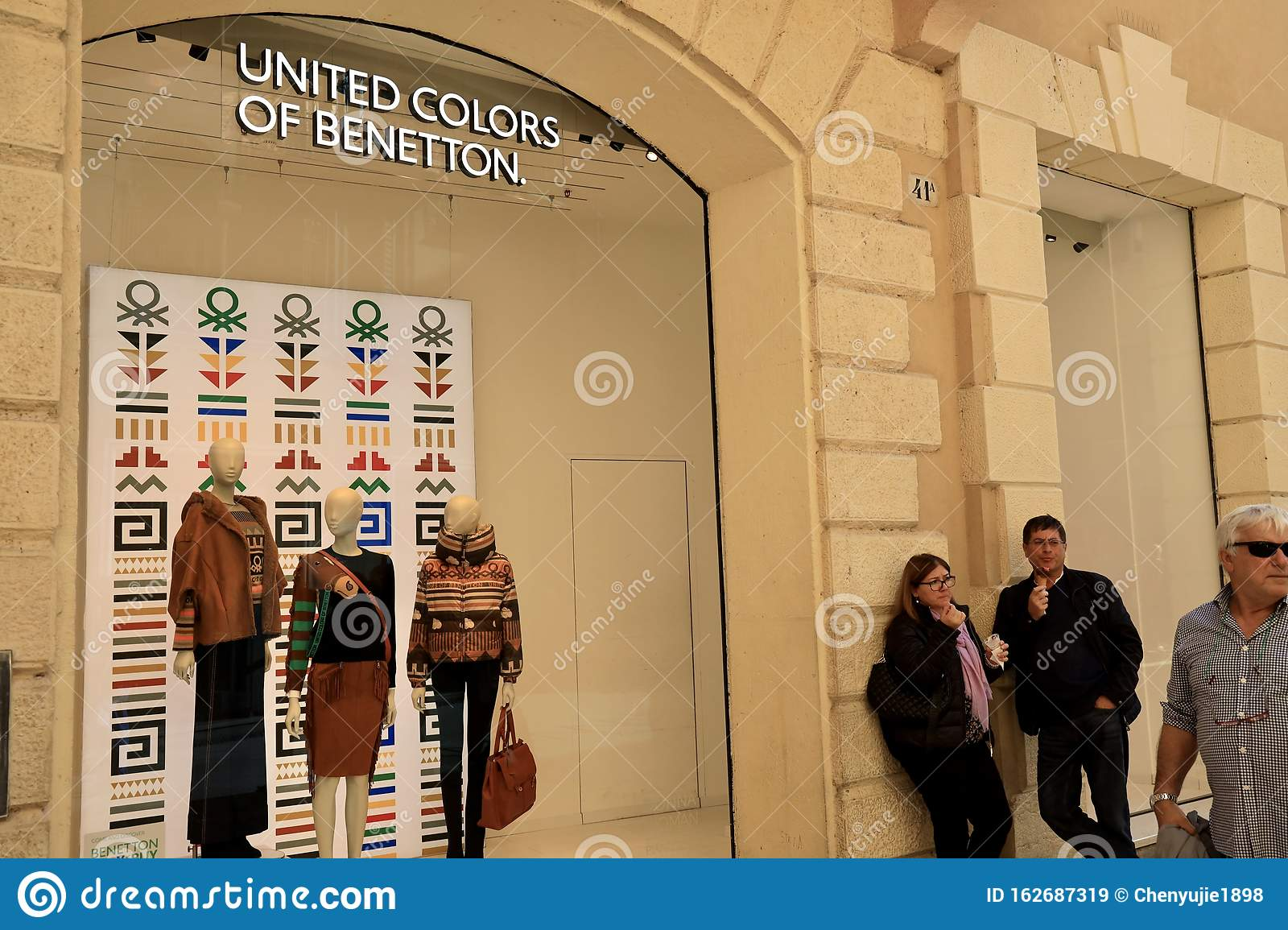 Antagonismo vacunación mano  The United Colors Of Benetton Store In Verona,Italy Editorial Stock Image -  Image of brand, united: 162687319