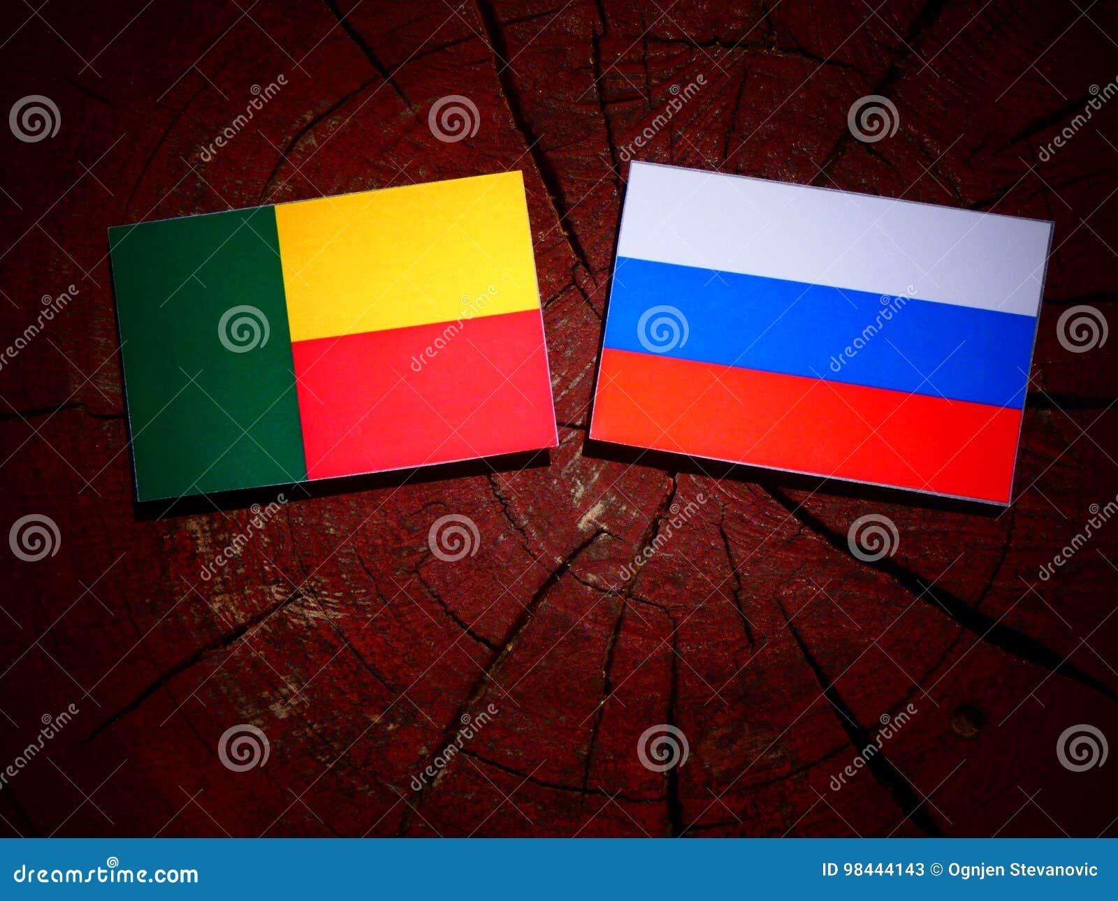 Benin vlag met Russische vlag op een boomstomp