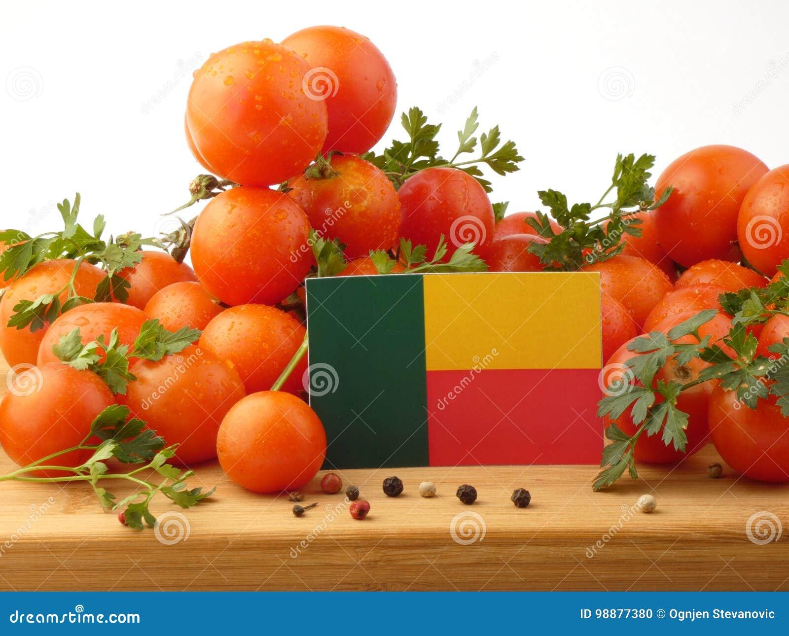 Benin vlag op een houten die paneel met tomaten op witte B wordt geïsoleerd