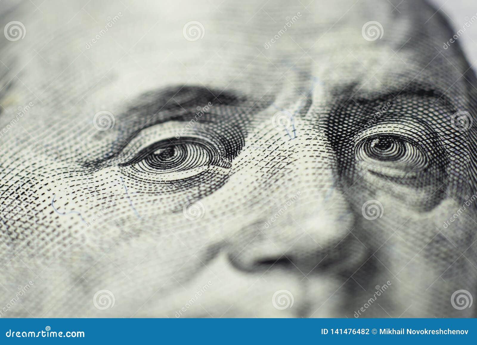 Benjamin Franklin ` s spojrzenie na sto dolarowych rachunkach r Selekcyjna ostrość