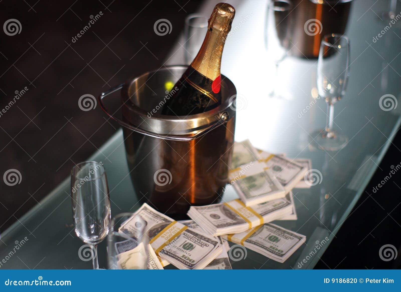Benna di champagne vicino a contanti