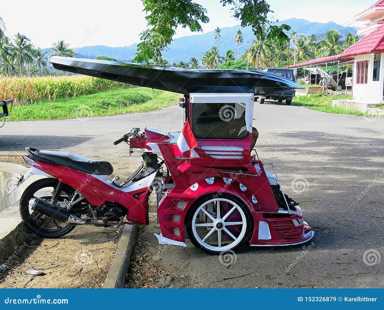 Bentor修改了用于运输人作为出租汽车的滑行车 普遍在苏拉威西岛在Kotamobag  红色摩托车