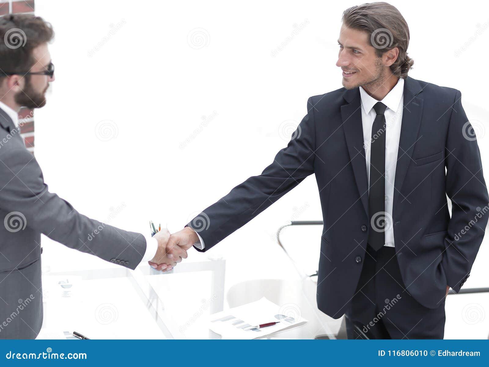 Benvenuto e stretta di mano dei soci commerciali