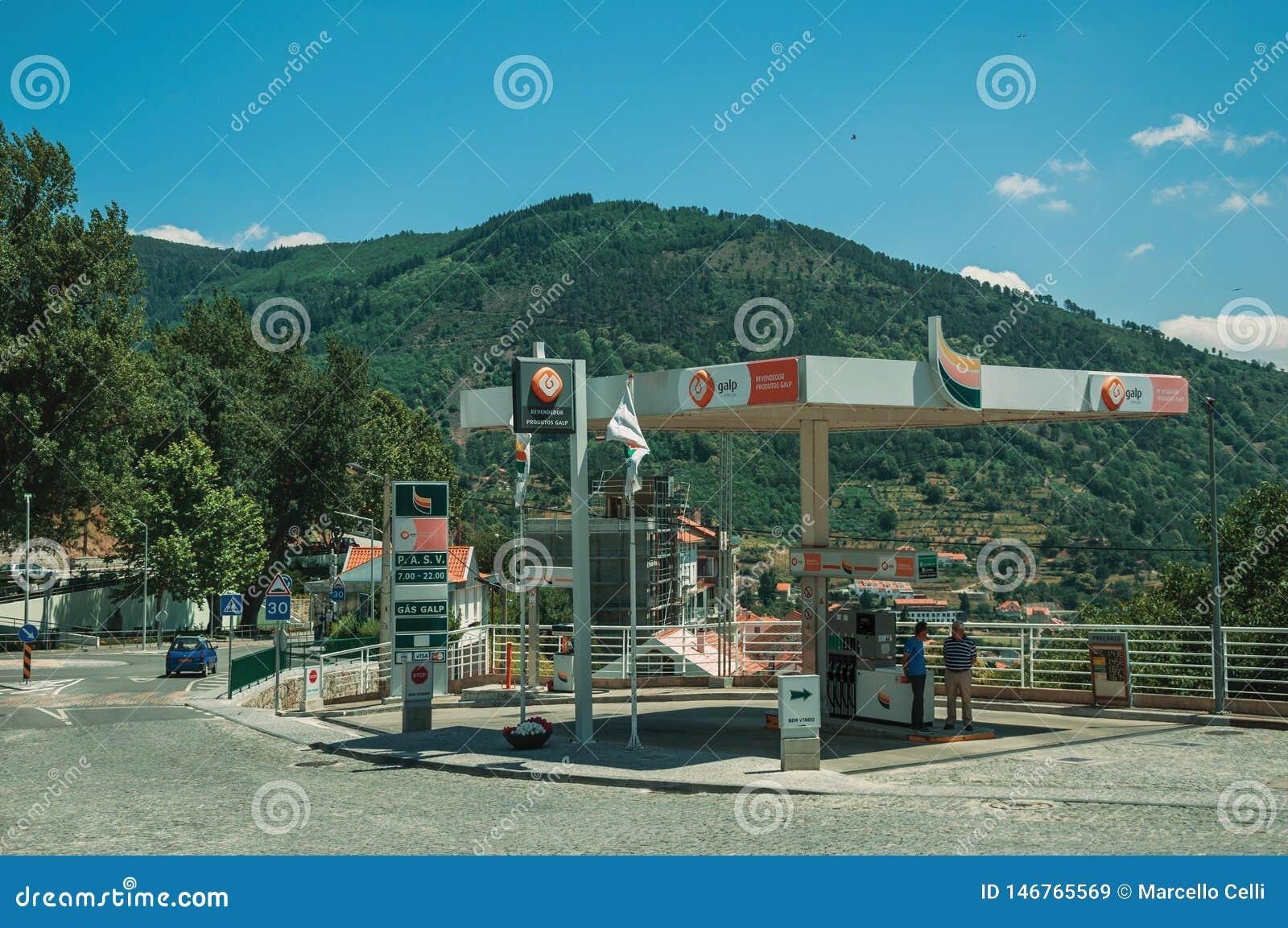 Benzynowa stacja na ulicznym i g?rkowatym krajobrazie