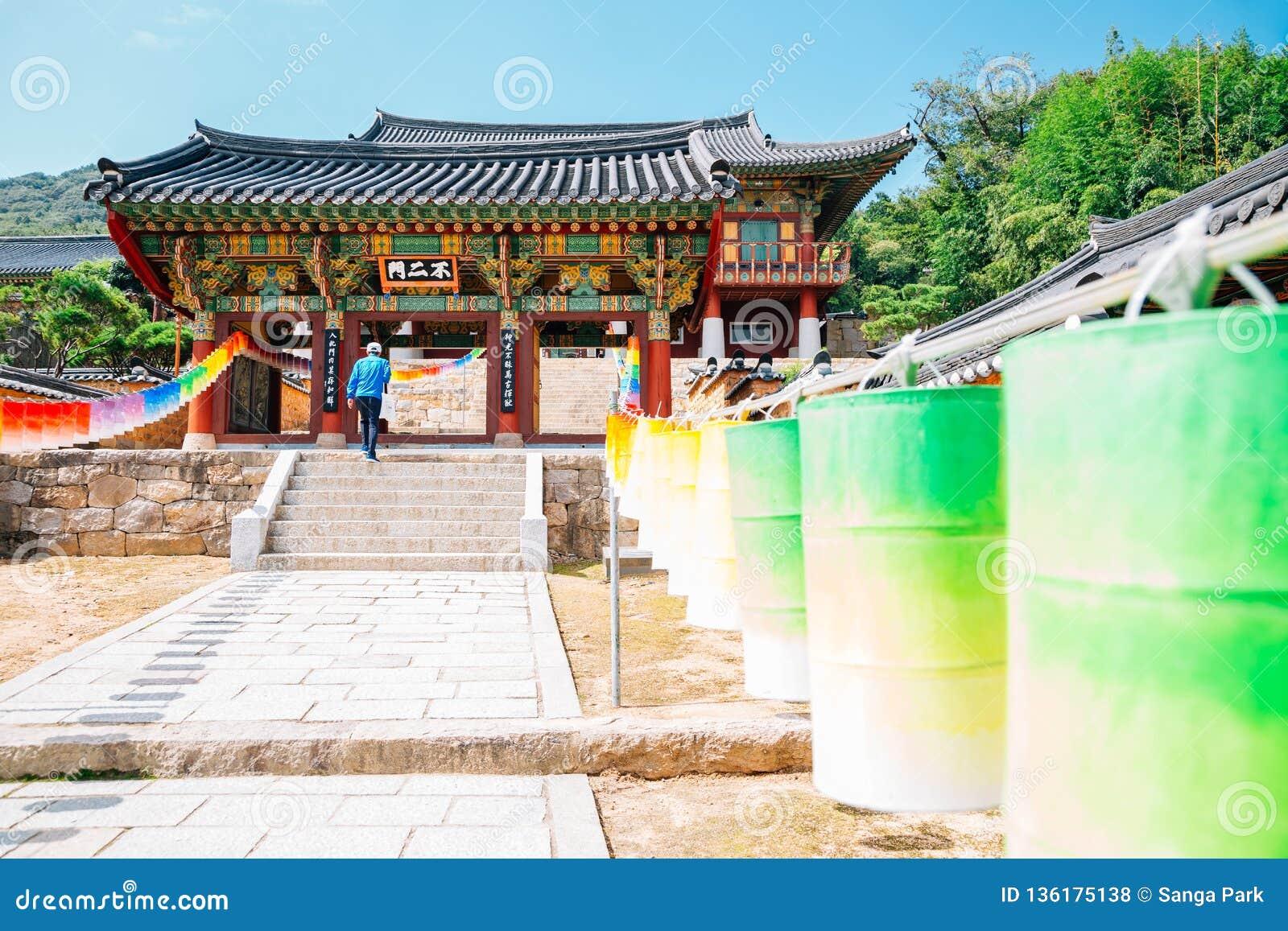 Beomeosatempel en kleurrijke lantaarns in Busan, Korea