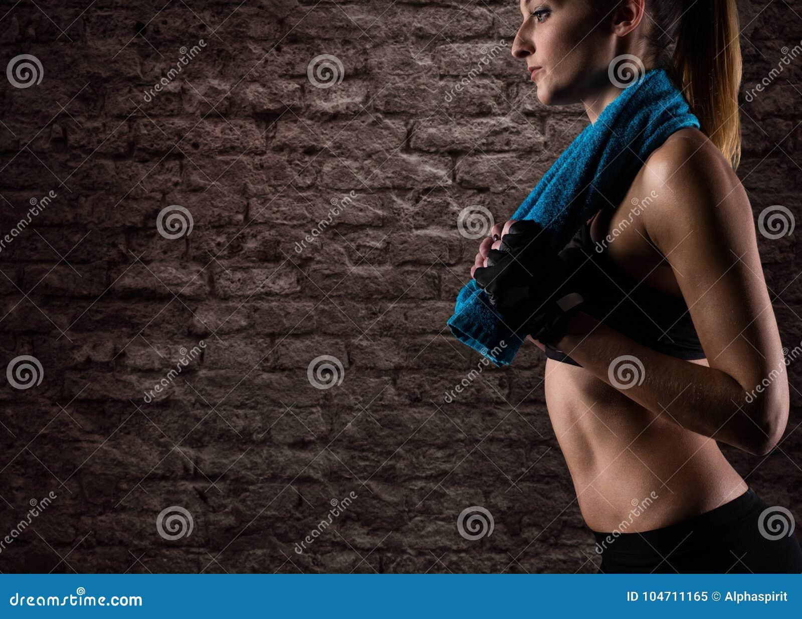 Bepaald meisje bij de gymnastiek klaar om geschiktheidsles te beginnen