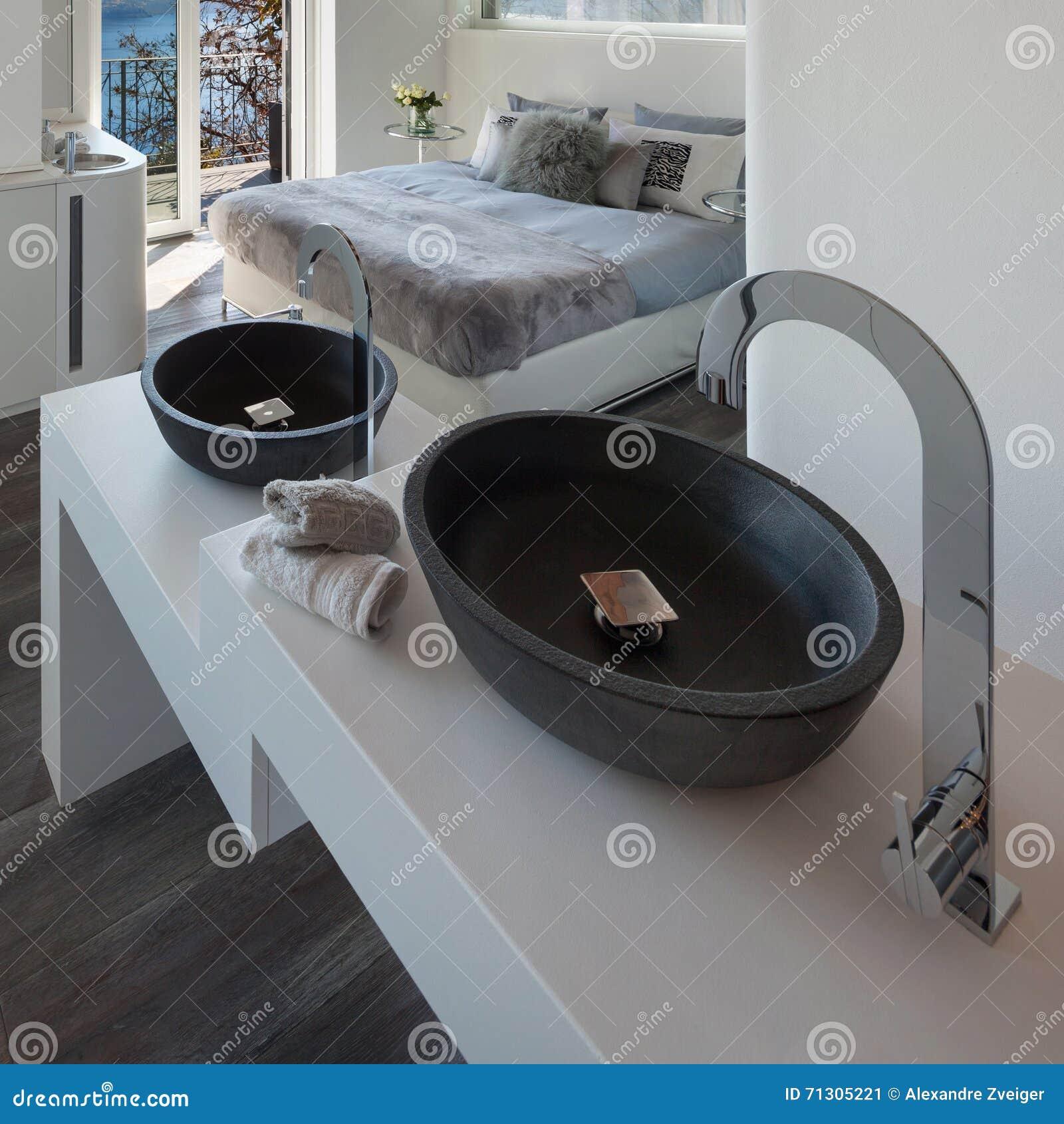 Bequemes Bad Im Schlafzimmer Stockbild - Bild von badezimmer, raum ...