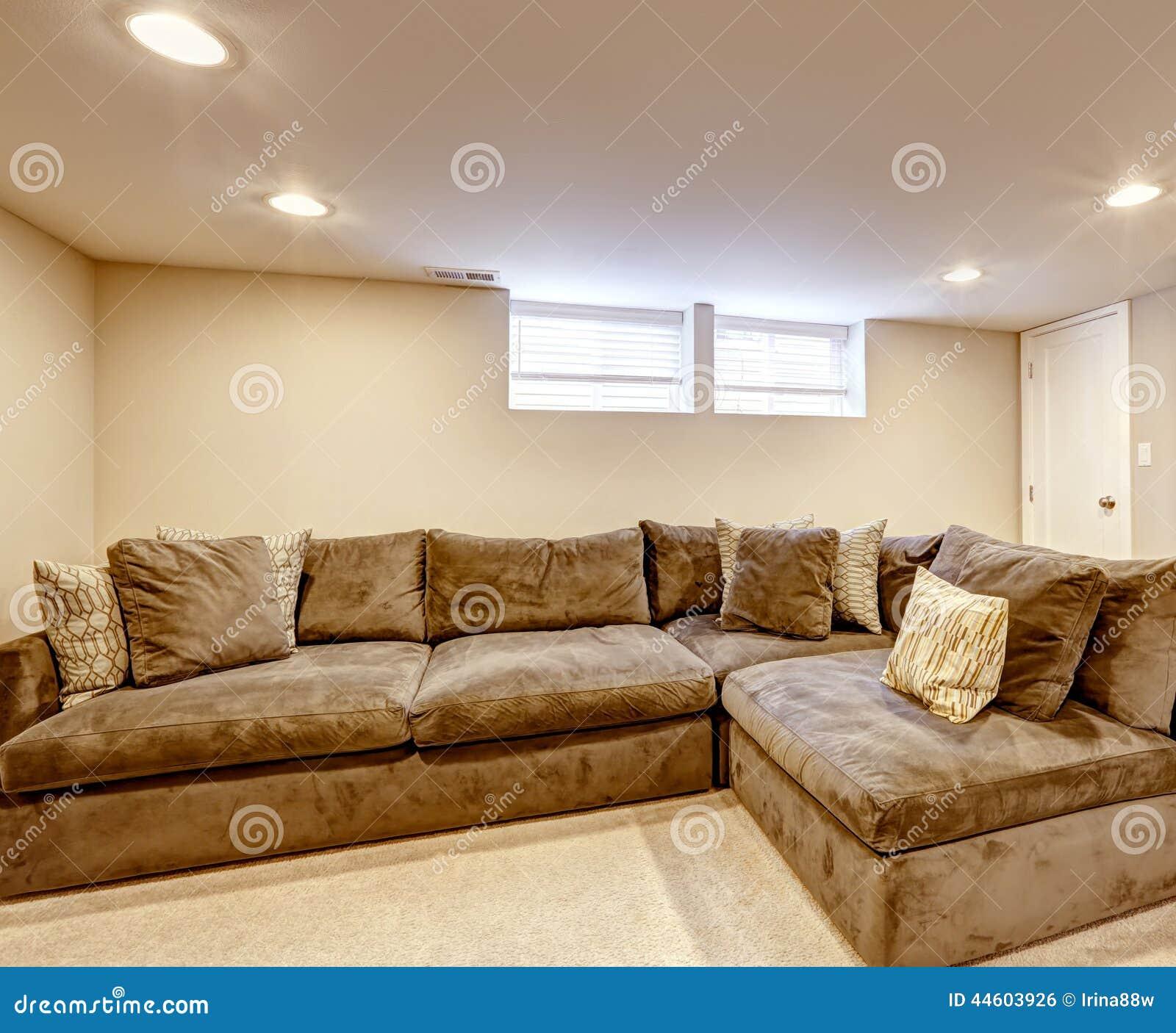 Bequemes Braunes Sofa Mit Kissen Stockfoto Bild Von Teppich
