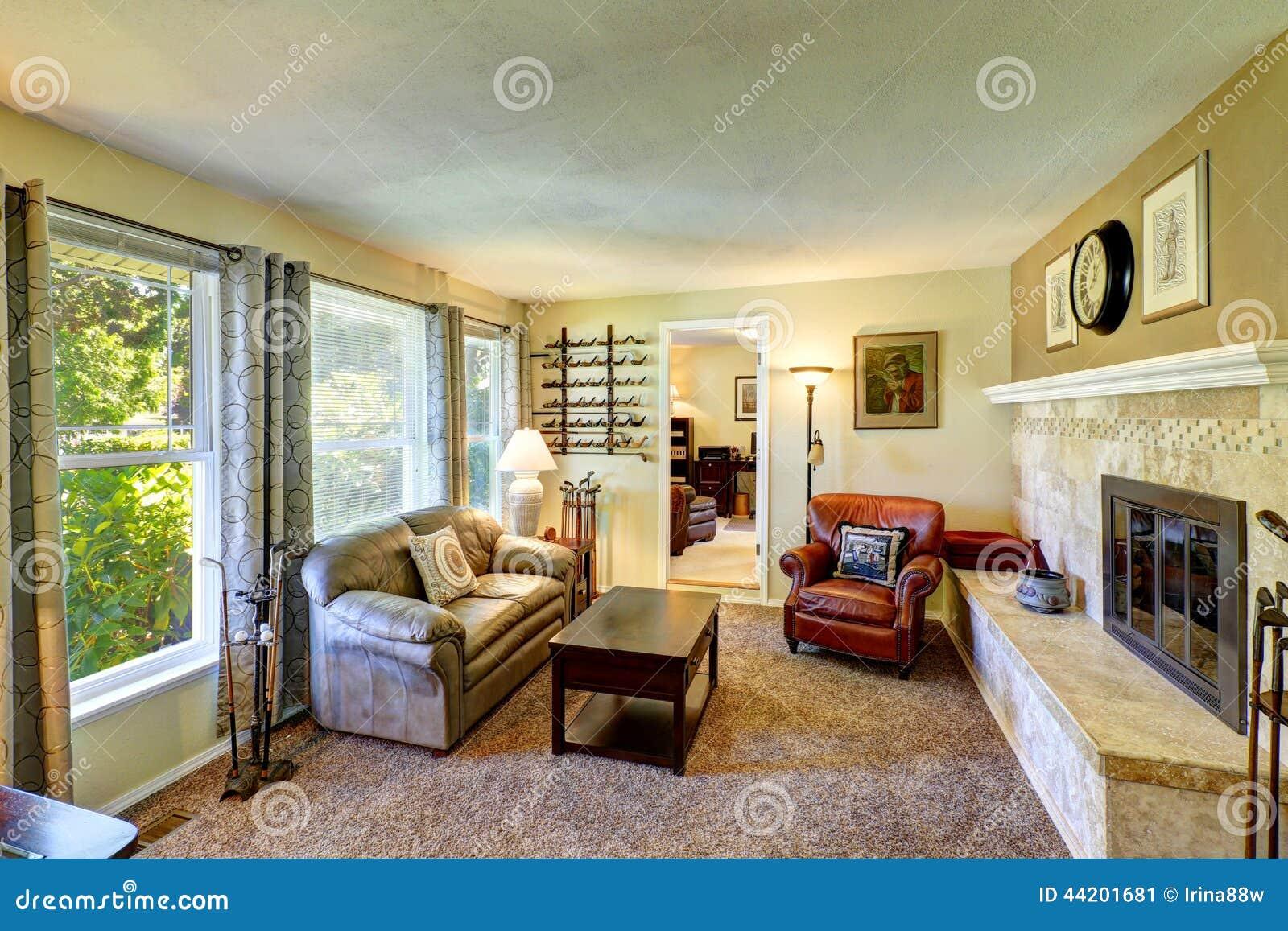 Bequemes Kleines Wohnzimmer Mit Gemutlichem Kamin Stockbild Bild