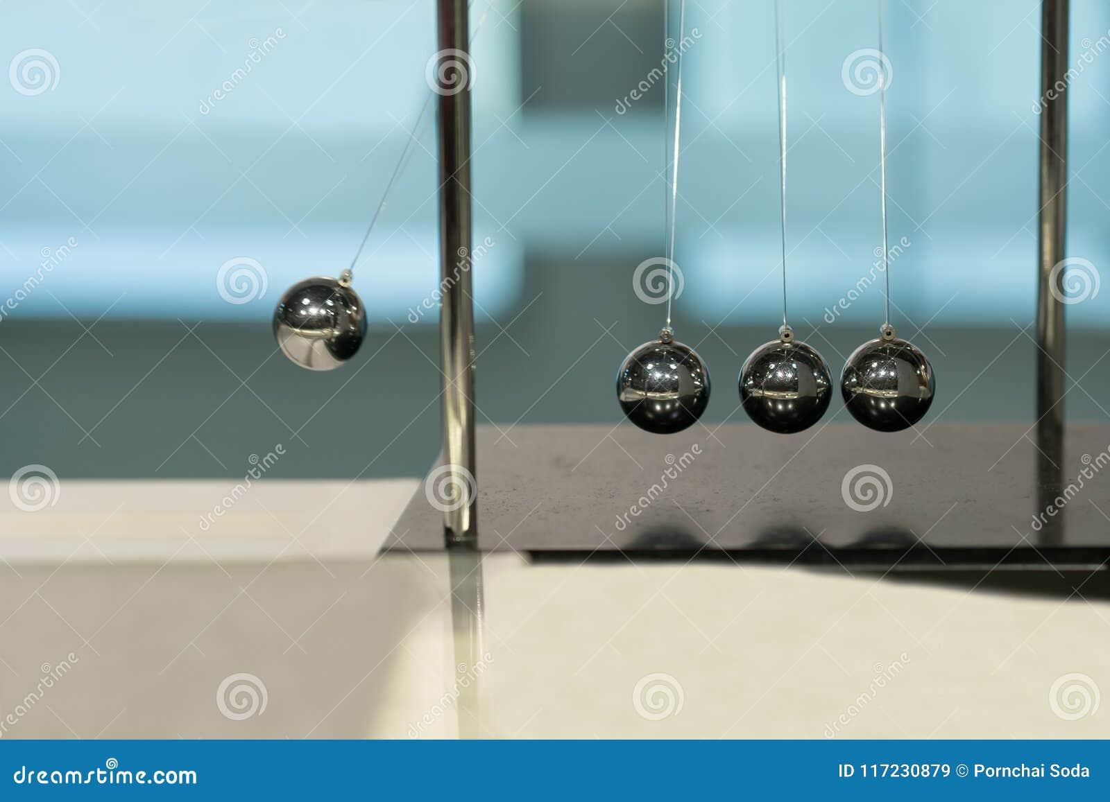 Berço de equilíbrio do ` s de Newton das bolas em fundos borrados