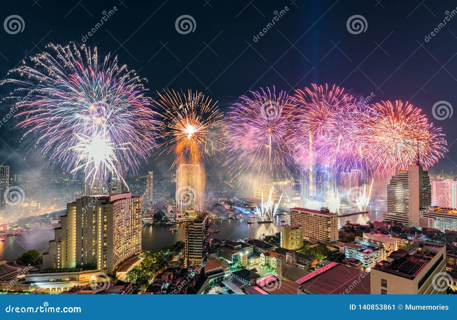 Beröm av dagen för nytt år med färgrika fyrverkerier på den Chao Phraya flodstranden med den Iconsiam byggnadsgränsmärket av Bang