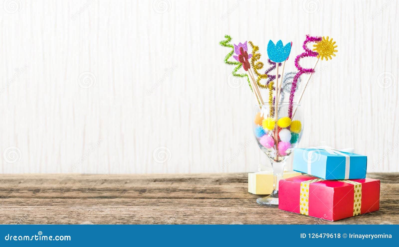 Beröm bakgrund för födelsedagparti med den färgrika partihatten,