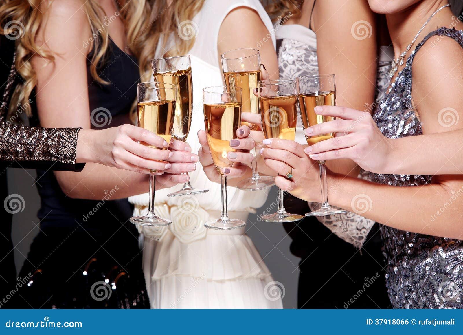 Beröm för nytt år med ett exponeringsglas av champagne
