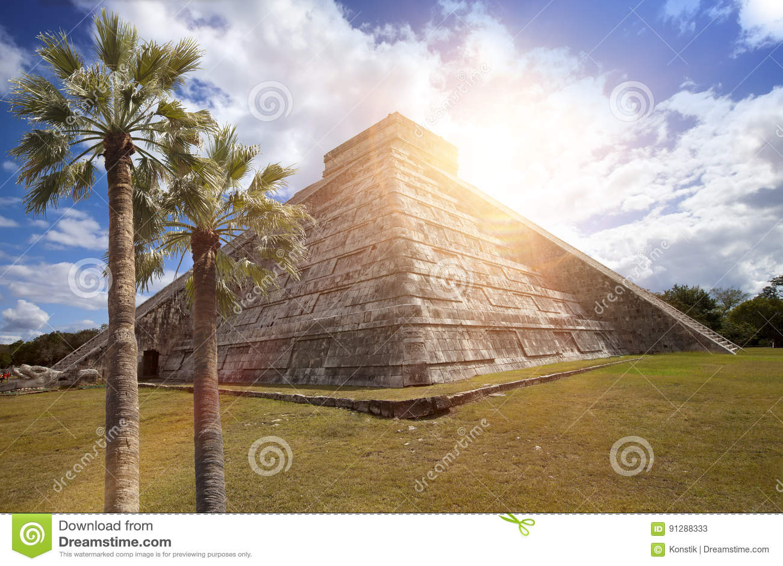 Berömd El Castillo pyramid den Kukulkan templet, befjädrad ormpyramid på den arkeologiska platsen för Maya av Chichen Itza i Yuca