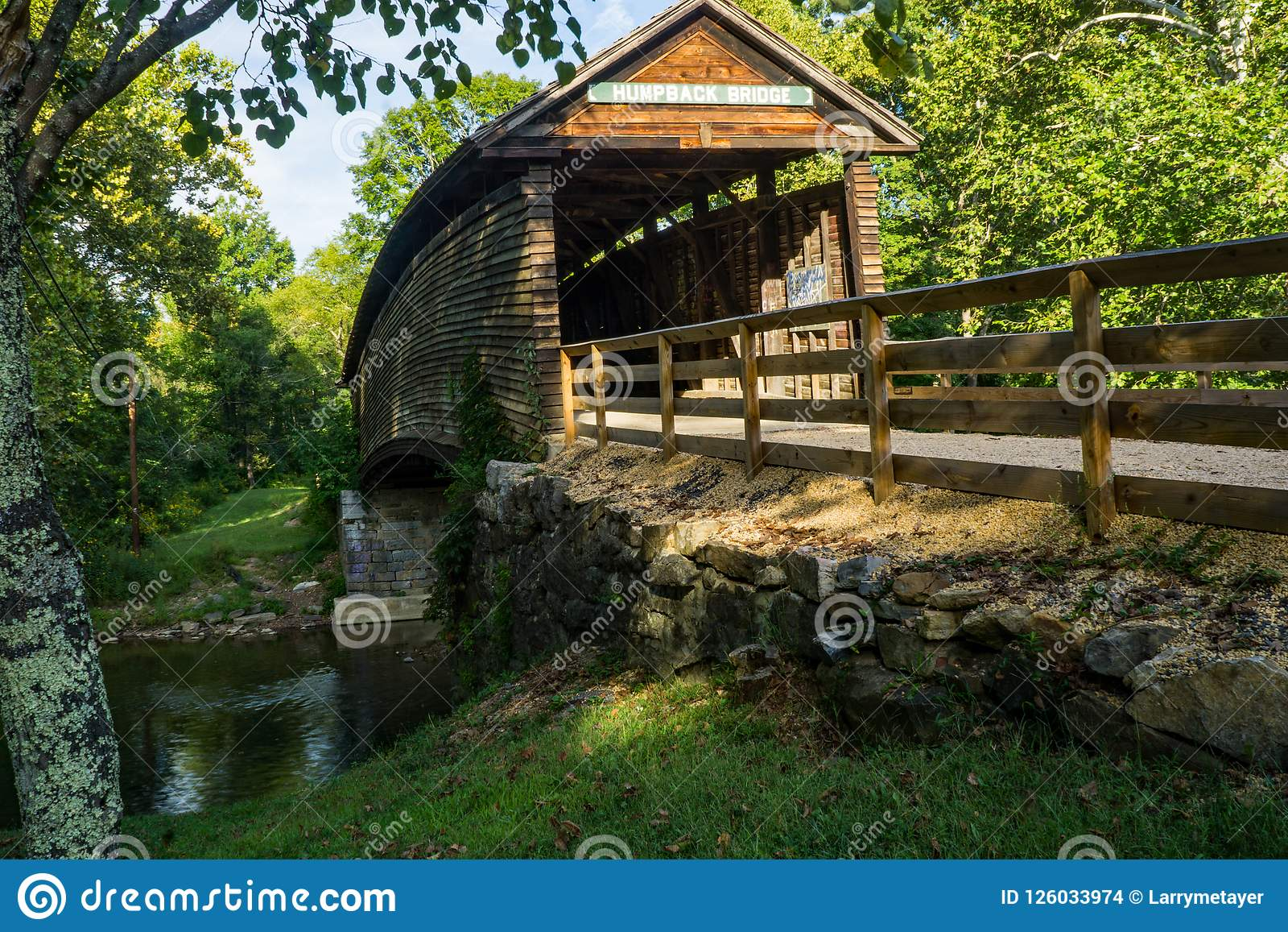 Berömd historisk puckelrygg täckt bro