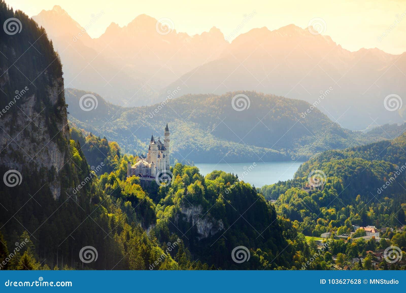 Berömd Neuschwanstein slott, sagaslott på en ojämn kulle ovanför byn av Hohenschwangau nära Fussen