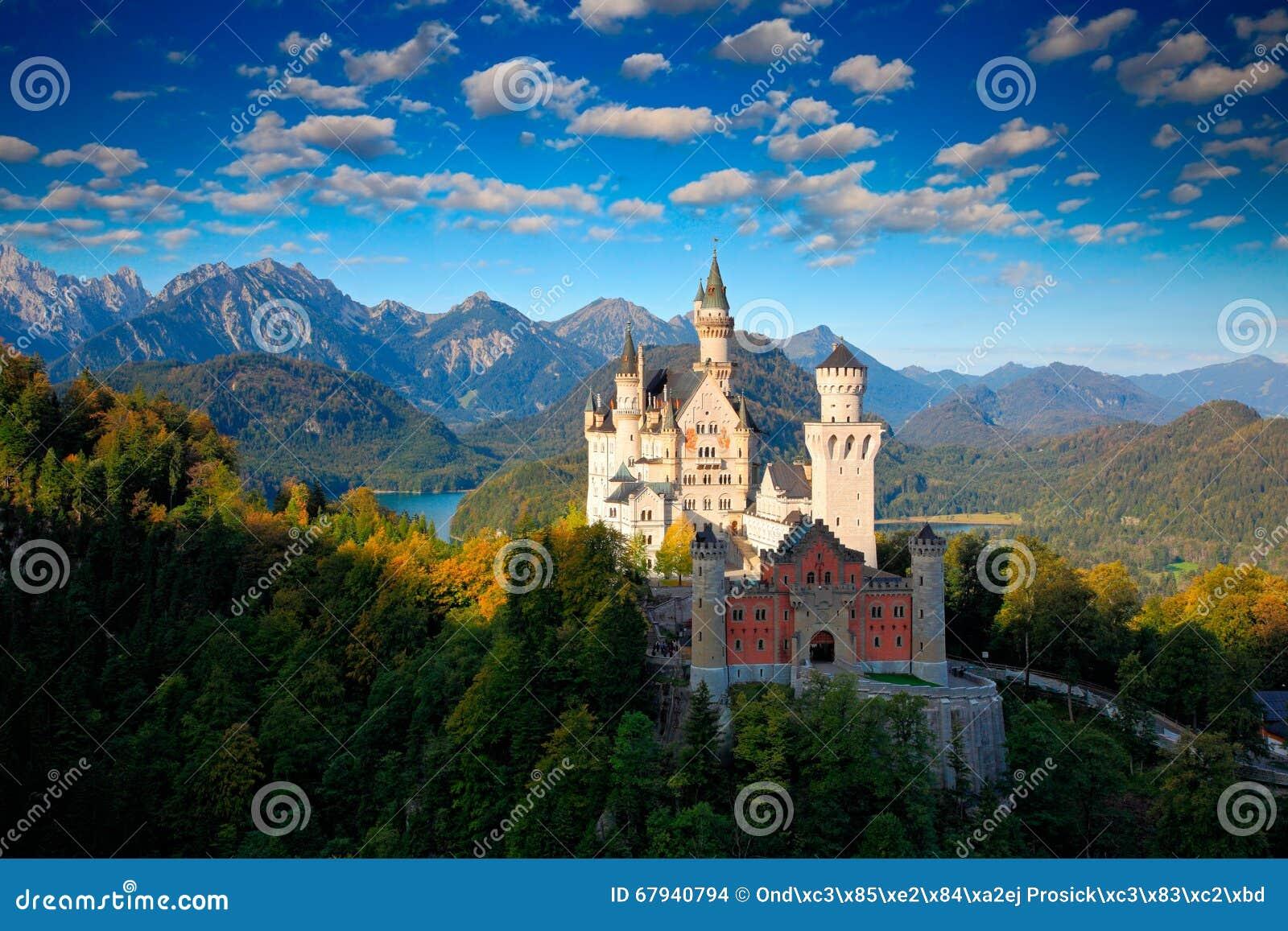 Berömd sagaslott i Bayern, Neuschwanstein, Tyskland, morgon med blå himmel med vita moln