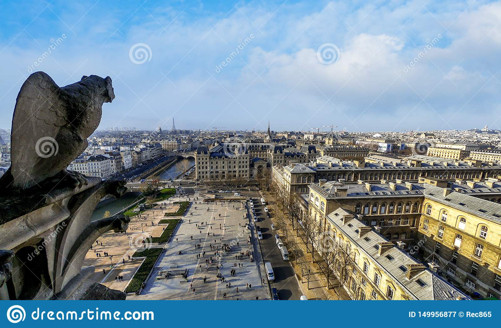 Berömd stenvattenkastarestaty i Notre Dame Cathedral With City Of Paris