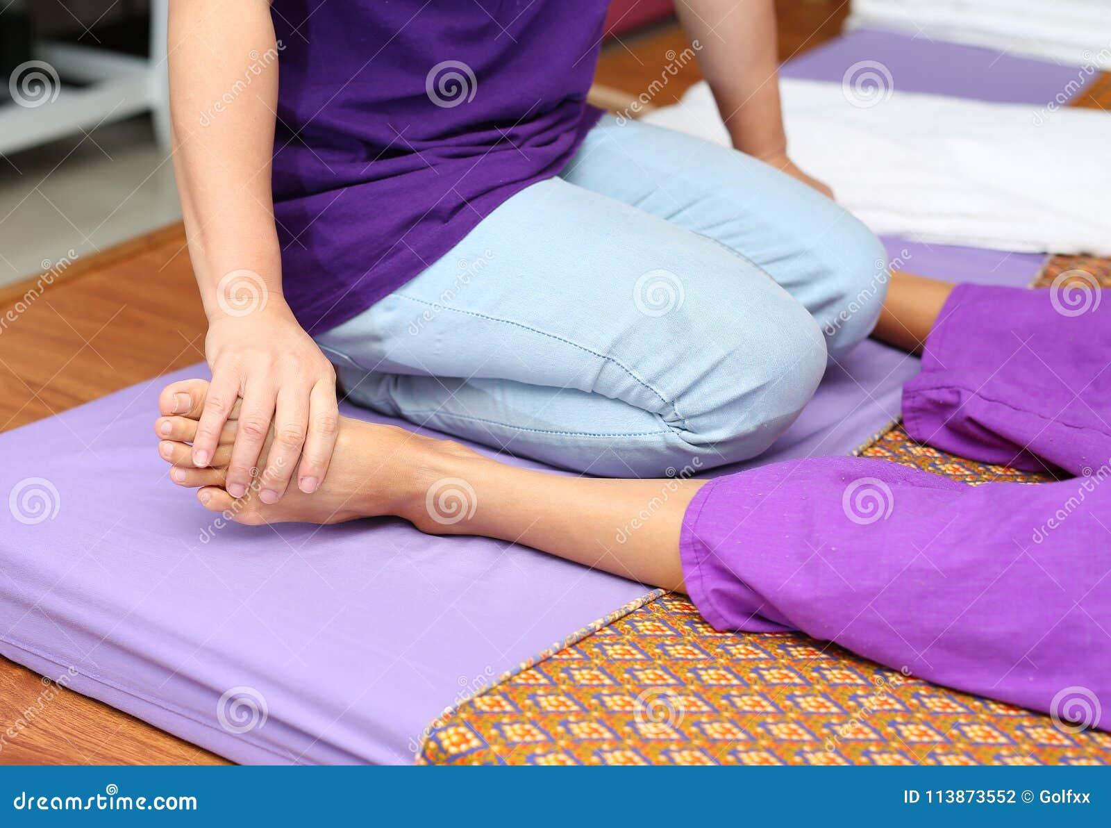Berömd thailändsk massage, terapeuthandling för kund