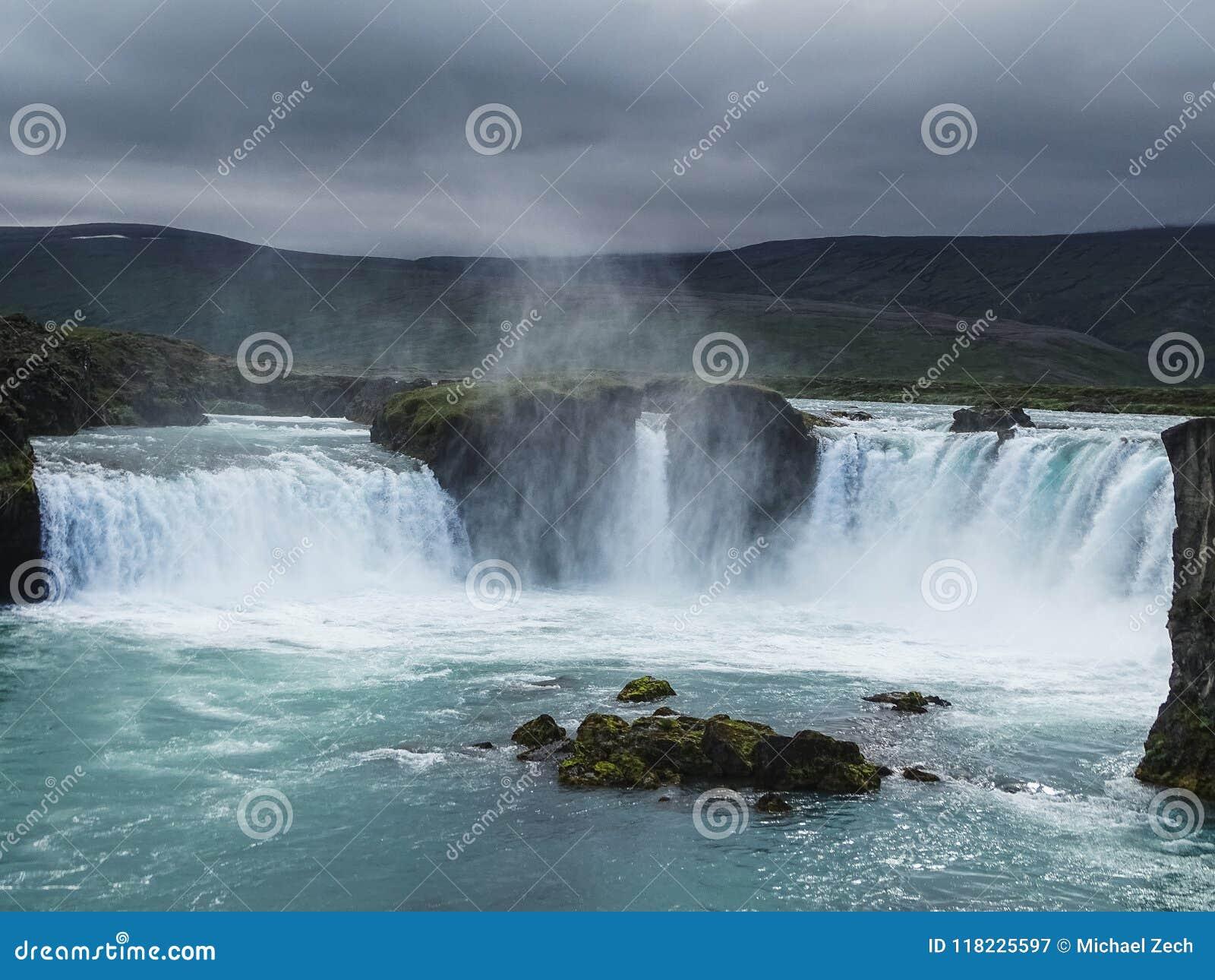 Berömda godafoss är en av de mest härliga vattenfallen på Iet
