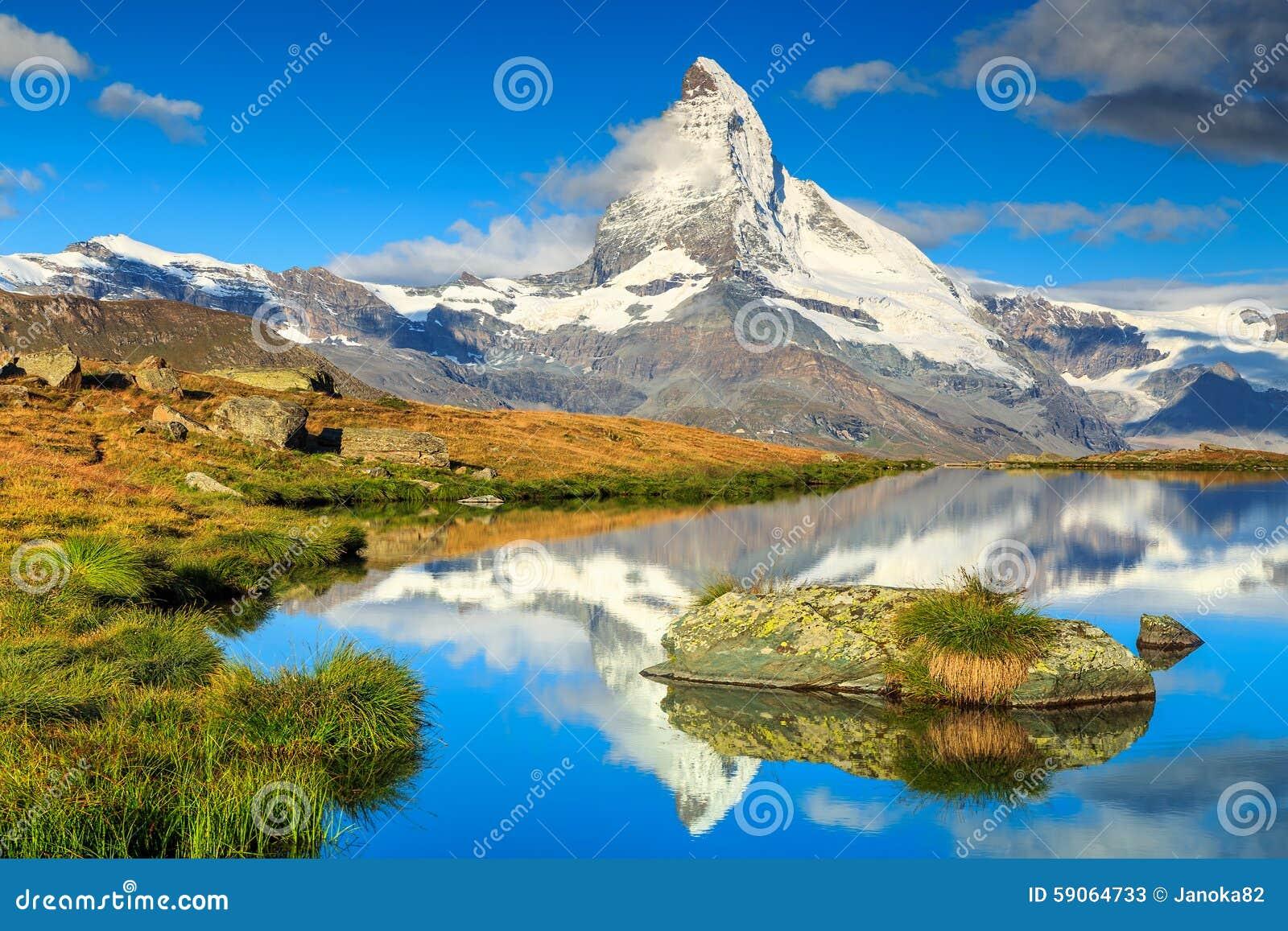 Berömt Matterhorn maximum och sjö Stellisee för alpin glaciär, Valais, Schweiz
