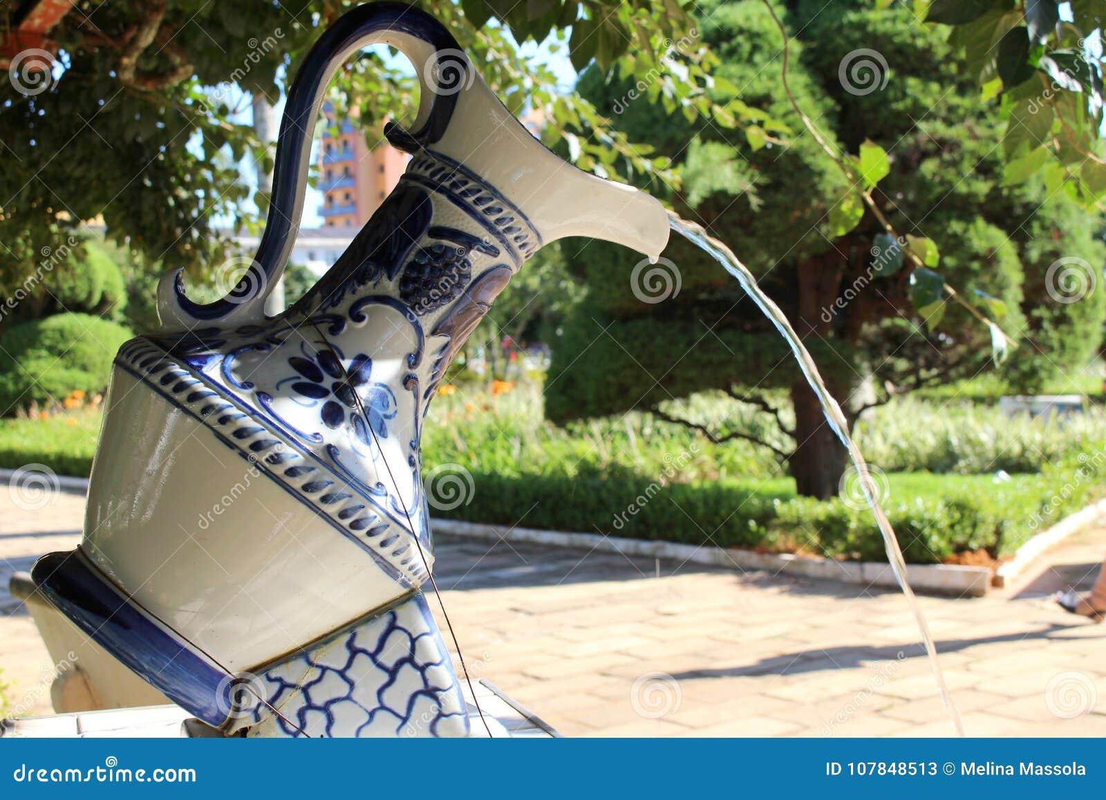 Berömt porslin på den lilla staden i Brasilien, Monte Siao-MG