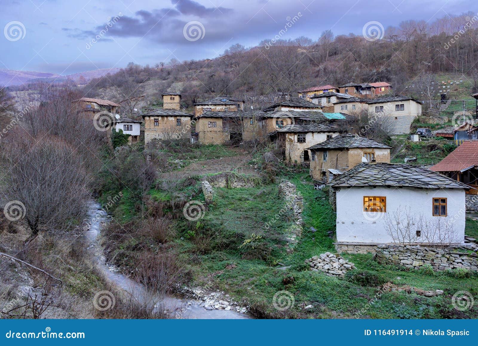Berühmte Steindächer des historischen Dorfs Gostusa entsteinen alias Dorf