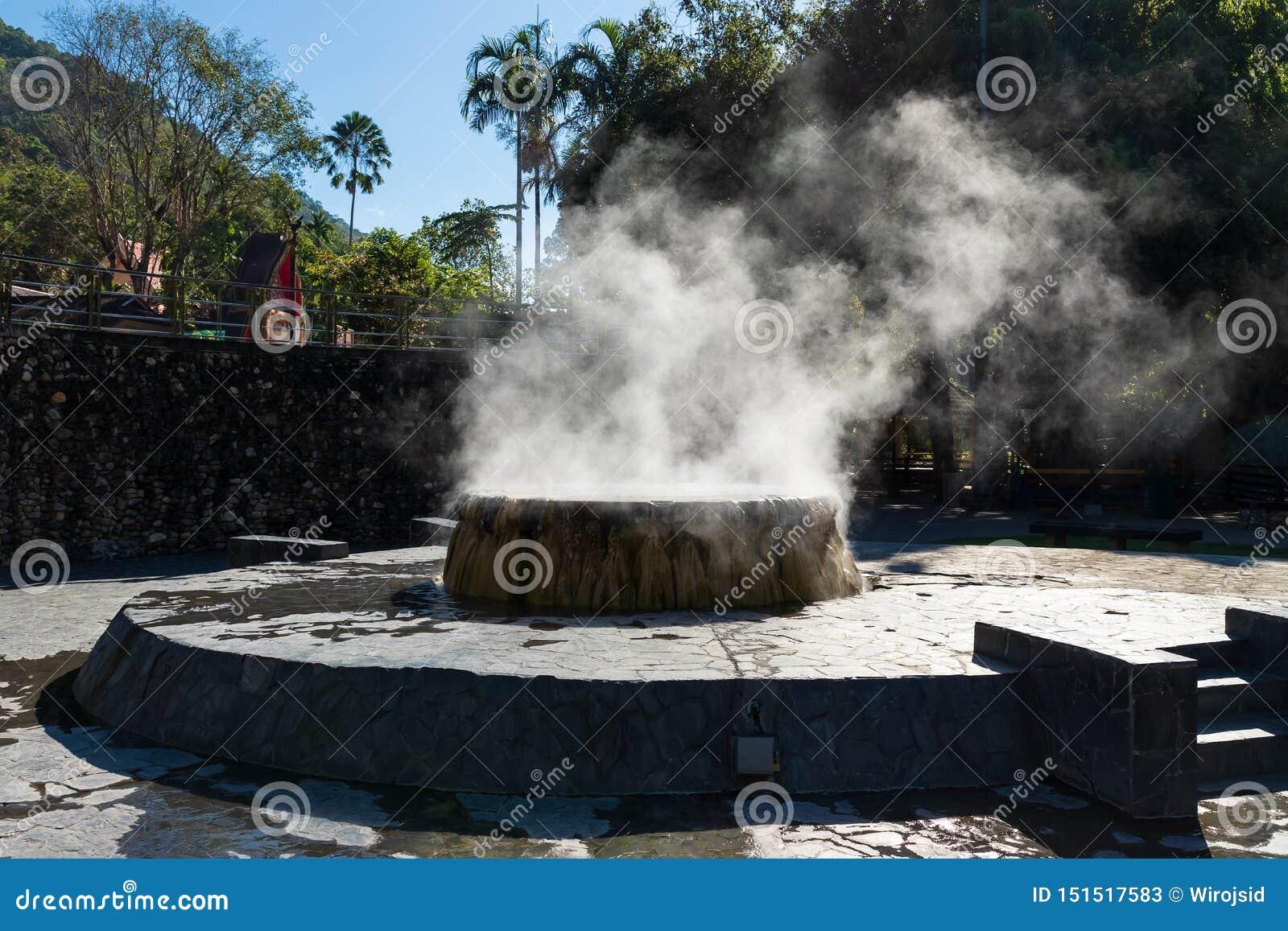 Berühmter Brunnen der heißen Quelle in allgemeinem Park Raksa Warin, Ranong, Thailand