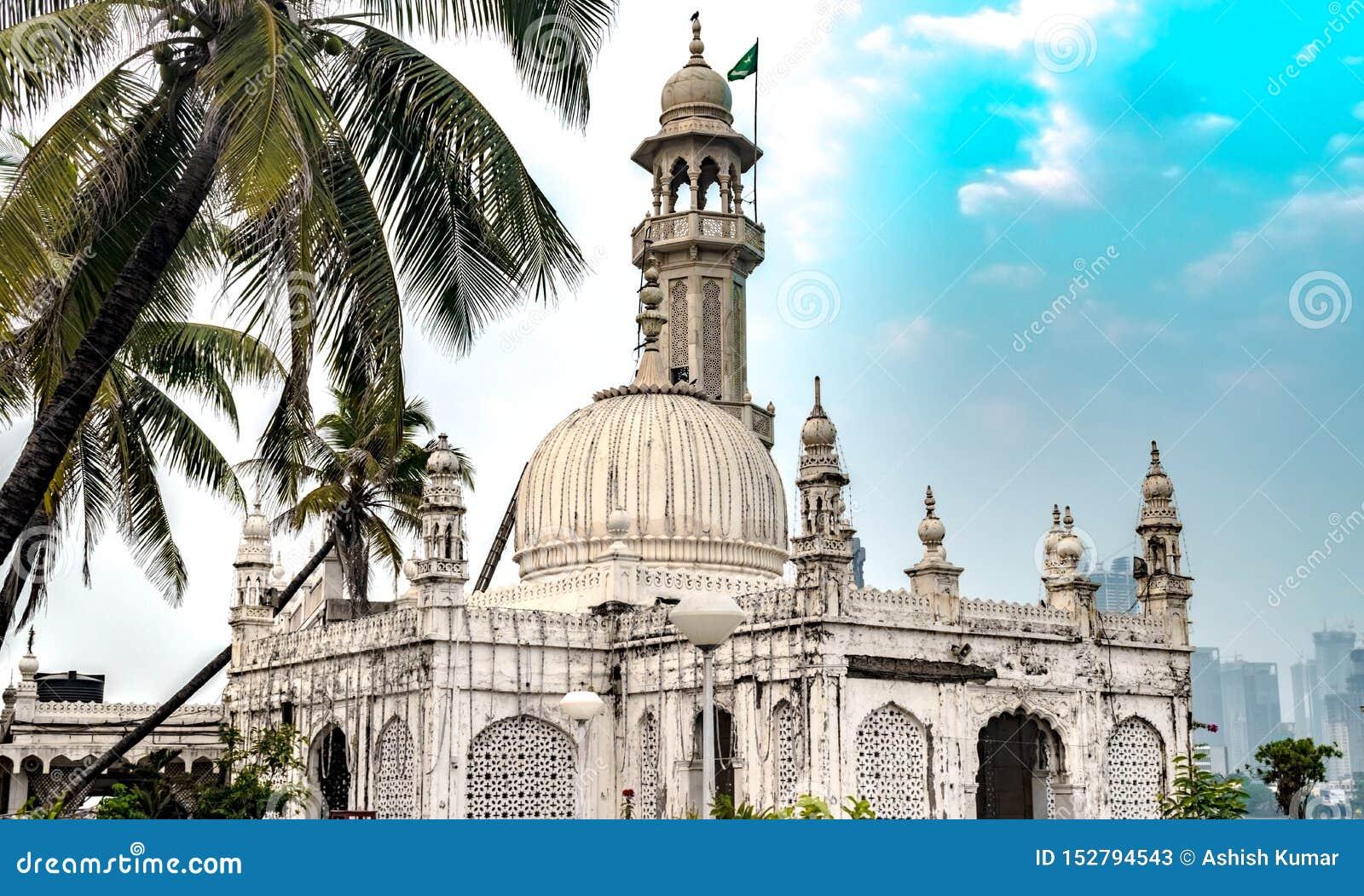 Berühmter Sufi-Schrein von Pir Haji Ali Shah Bukhari bekannt als Haji Ali Dargah Gebildet vom Marmor in der typischen Indo-islami