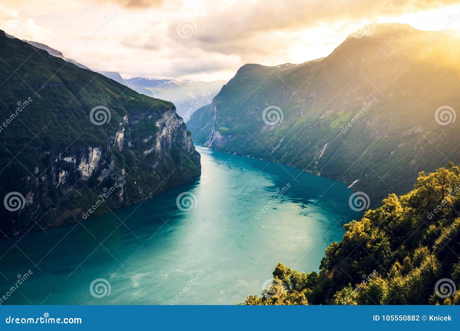 Berühmtes Geirangerfjord im weichen, warmen Licht im Sommer Geiranger, Norwegen, Skandinavien