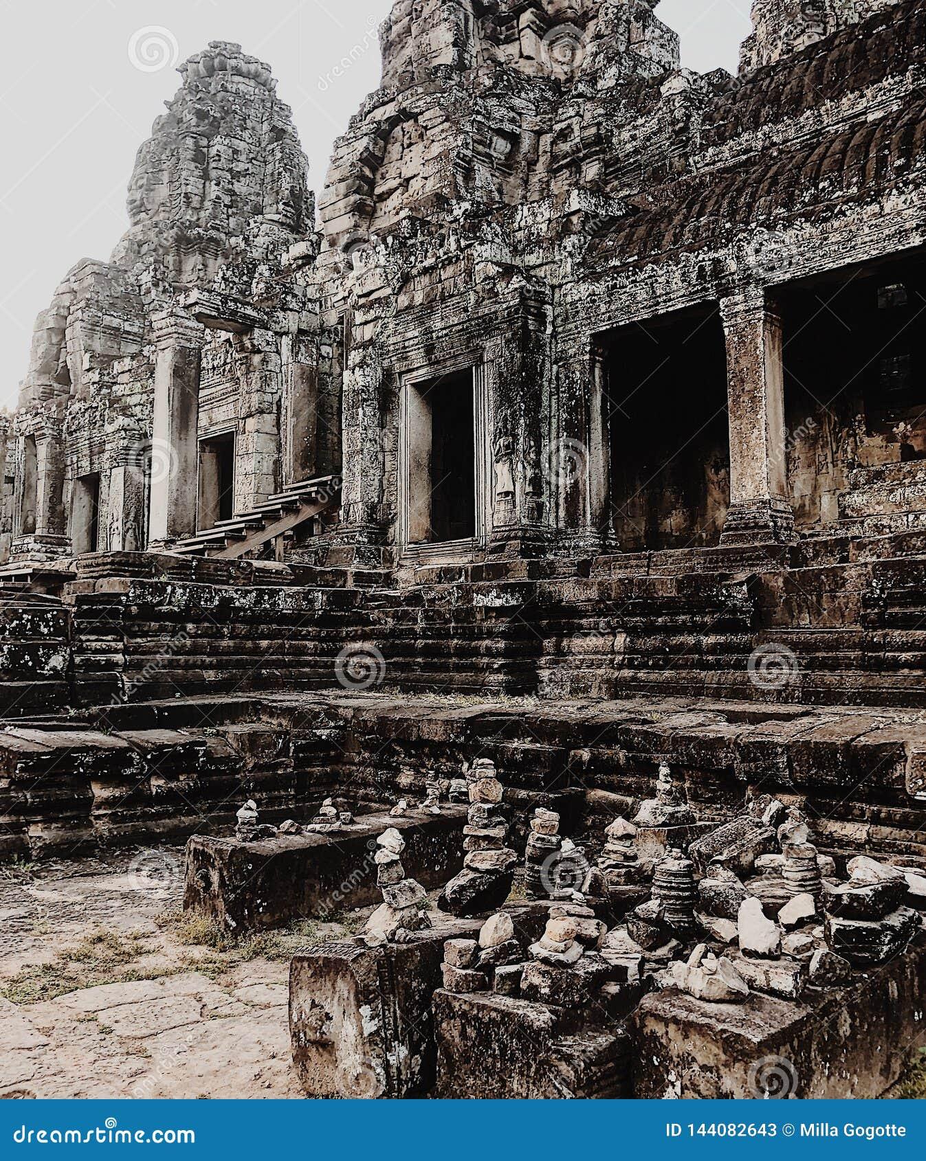 Ber?mda forntida sned framsidor f?r angkorbayon cambodia dess khmer sk?rdar fridfull sikt f?r vertical f?r torn f?r siemtempeltho