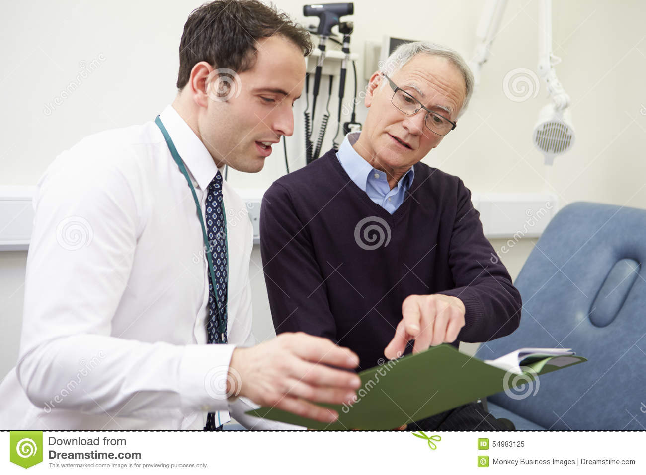 Berater Discussing Test Results mit Patienten