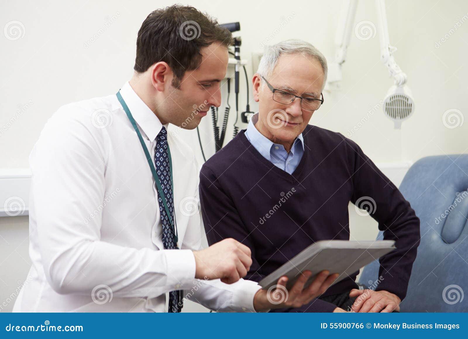 Berater-Showing Patient Test-Auswirkungen auf Digital-Tablet