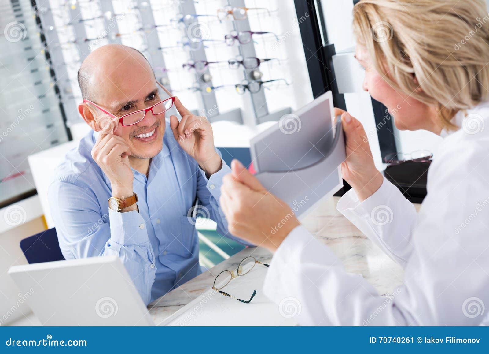 Beratungskunde Des Optikers über Rahmen Stockbild - Bild von doktor ...