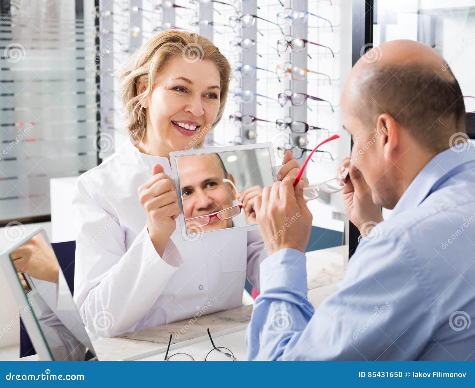 Beratungskunde Des Optikers über Rahmen Stockfoto - Bild von berater ...