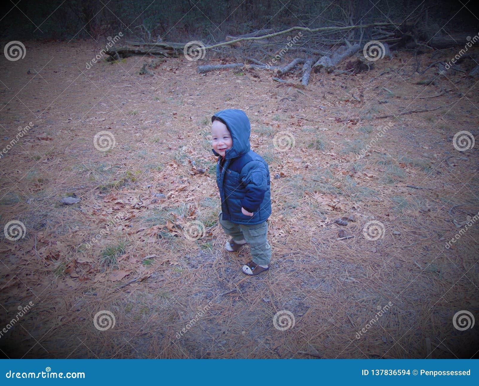 Berbeć chłopiec sztuki w drewnach