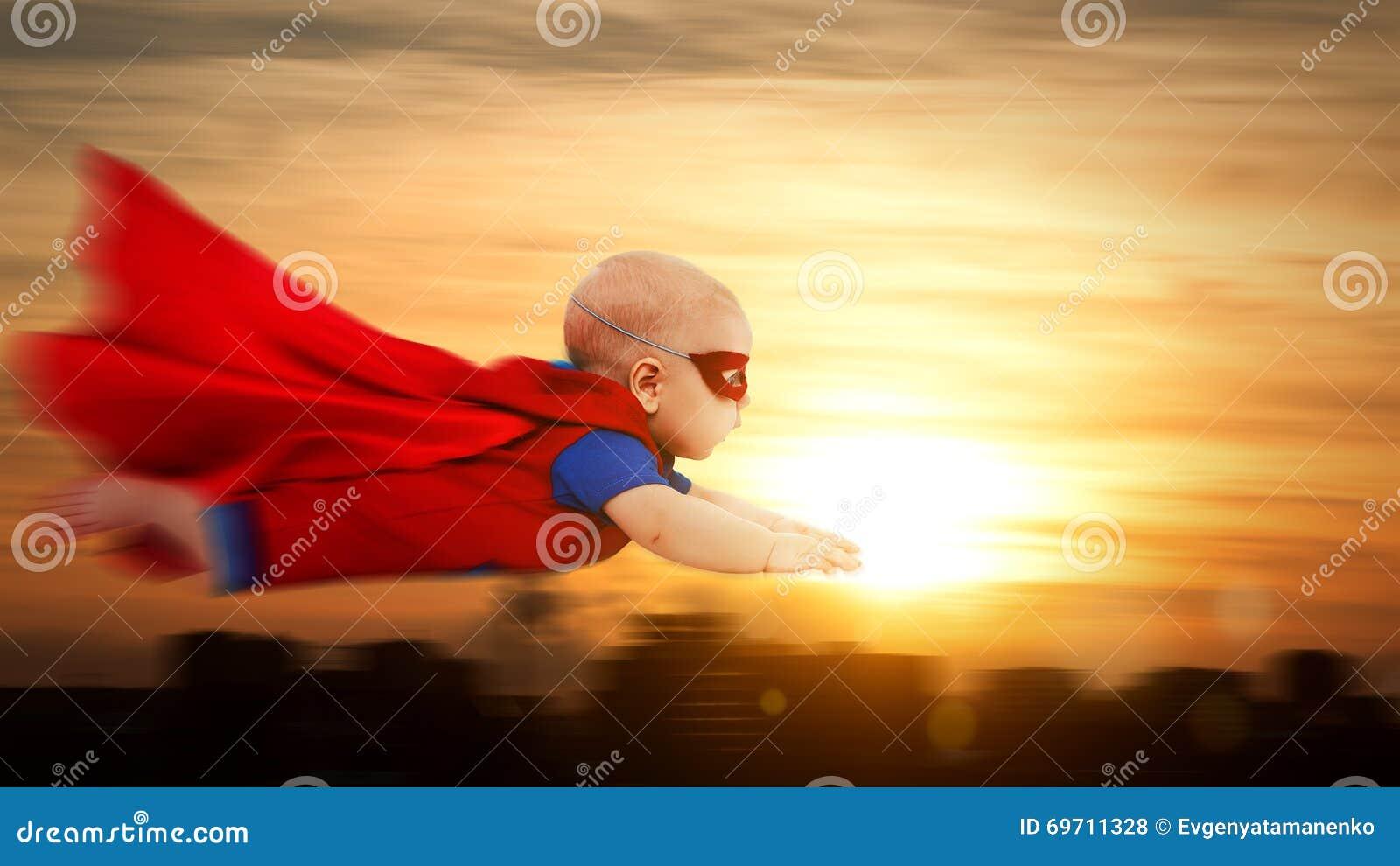 Berbecia dziecka nadczłowieka mały bohater z czerwonego przylądka latającym thro