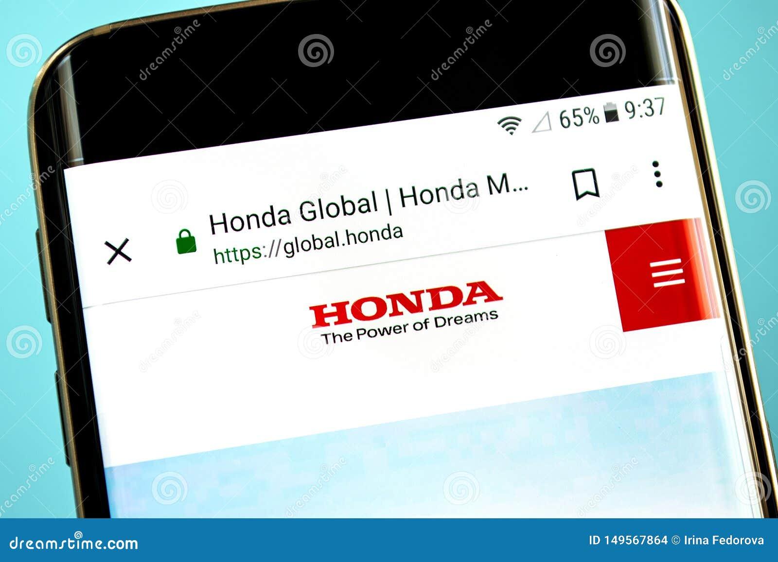 Berdyansk, Ουκρανία - 30 Μαΐου 2019: Αρχική σελίδα ιστοχώρου μηχανών της Honda Λογότυπο μηχανών της Honda ορατό στην τηλεφωνική ο