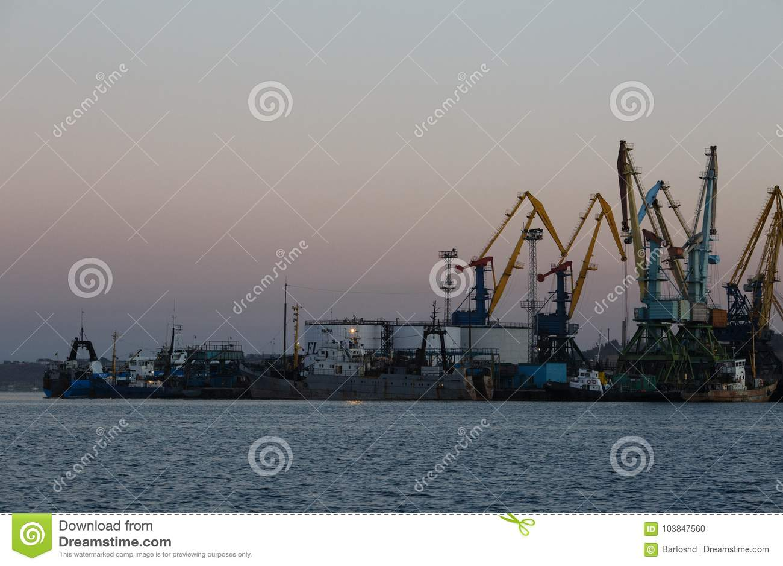 BERDYANSK - ΟΥΚΡΑΝΙΑ, ΣΤΙΣ 2 ΣΕΠΤΕΜΒΡΊΟΥ 2016: Σκιαγραφία πολλών μεγάλη γερανών στο θαλάσσιο λιμένα