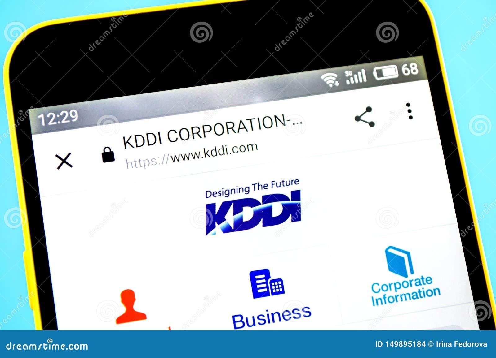 Berdyansk, Ucrânia - 14 de maio de 2019: Editorial ilustrativo do homepage do Web site de KDDI Logotipo de KDDI visível na tela d