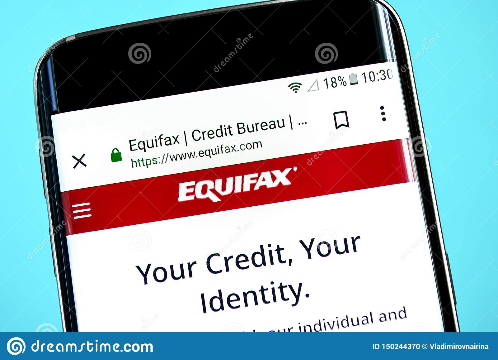 Berdyansk, Ucrania - 8 de junio de 2019: Homepage de la página web de Equifax Logotipo visible en la pantalla del teléfono, edito